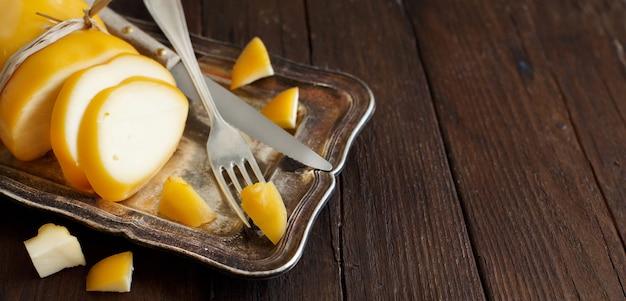 Scamorza, typowy włoski ser wędzony na drewnianym stole
