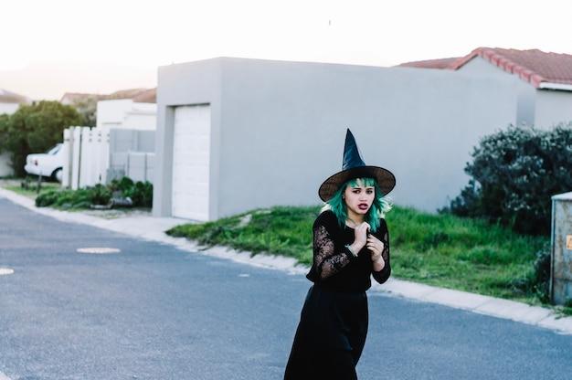 Scared czarownica na podmiejskiej ulicy