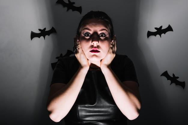 Scared kobieta w kostiumach obejmujących uszy
