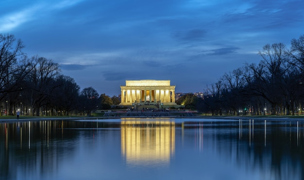 Scena abrahama lincolna memorial w czasie zmierzchu z refleksją, washington dc, stany zjednoczone