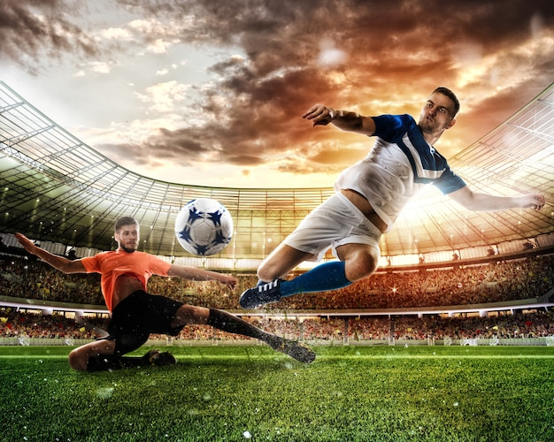 Scena akcji piłkarskiej z rywalizującymi graczami na stadionie