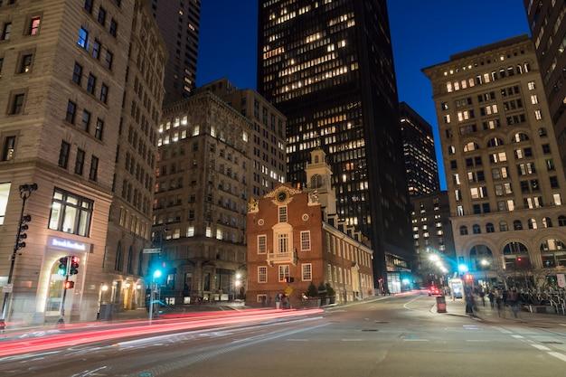 Scena boston old state house buiding o zmierzchu w massachusetts usa