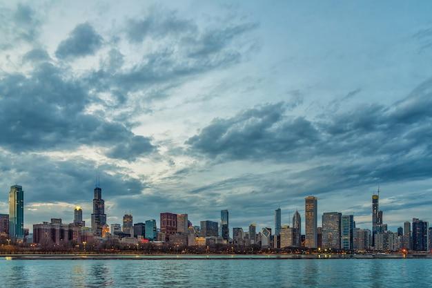 Scena chicago pejzażu miejskiego rzeki strona wzdłuż jezioro michigan przy pięknym mrocznym czasem, stany zjednoczone