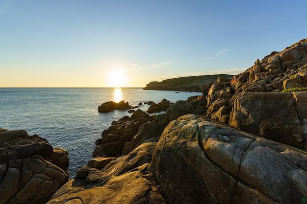 Scena ciszy zachód słońca nad spokojnym morzem ocean atlantycki galicja hiszpania