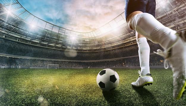 Scena futbolowa na stadionie z zbliżeniem buta do piłki nożnej kopiącego piłkę