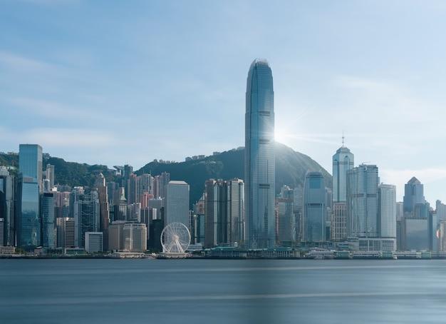 Scena hong kong pejzaż miejski rzeki strona w popołudniu z gładką chmurą