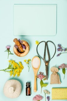 Scena kwiatowa wykonana z dzikich leczniczych kwiatów i produktów spa