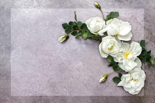 Scena makiety papeterii ślubnej, urodzinowej. kartkę z życzeniami pustego papieru, zaproszenie. dekoracyjny
