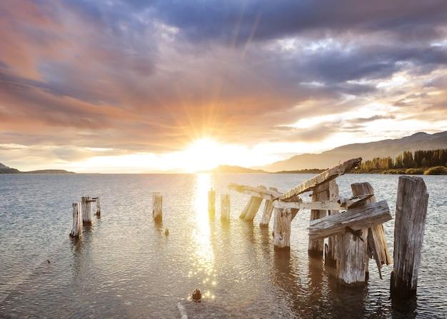 Scena nad jeziorem o wschodzie słońca