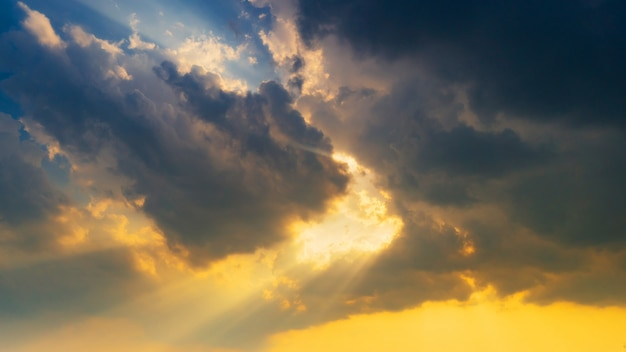 Scena naturalna chmury nieba i promienie słoneczne