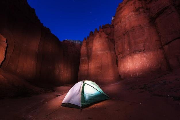 Scena nocna na kempingu na pustyni