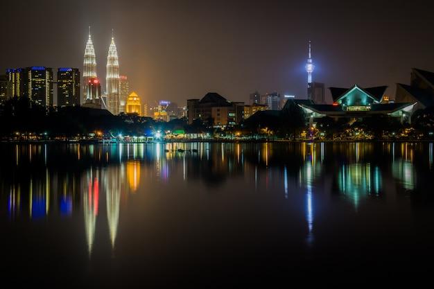Scena nocy miasta kuala lumpur z pięknym odbiciem wody