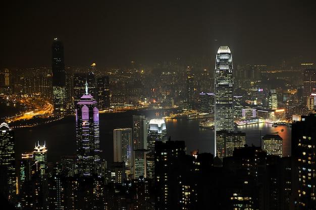 Scena nocy w hongkongu, widać zanieczyszczenia