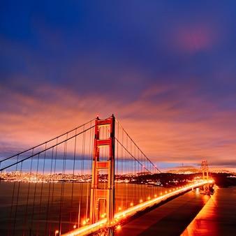 Scena nocy z mostem golden gate i światłami san francisco
