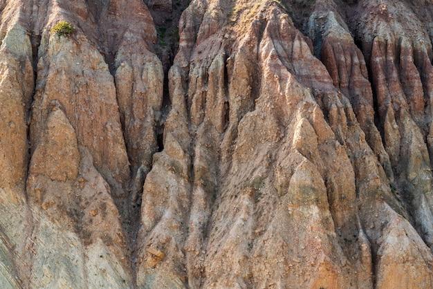 Scena osuwiska na zboczu góry