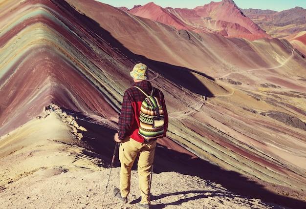 Scena piesza w vinicunca, region cusco, peru. montana de siete colores, tęczowa góra.