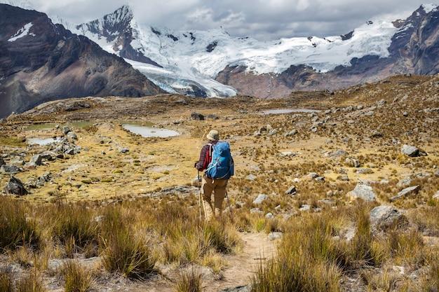 Scena pieszych wędrówek w górach cordillera, peru