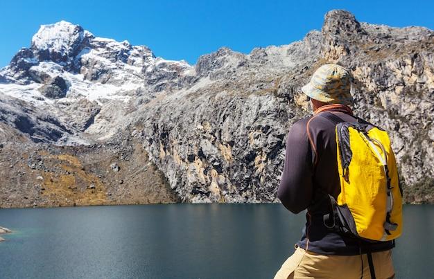 Scena pieszych wędrówek w górach cordillera w peru