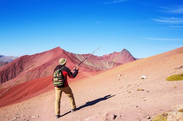 Scena pieszych wędrówek w vinicunca w regionie cusco w peru. montana de siete colores, rainbow mountain.