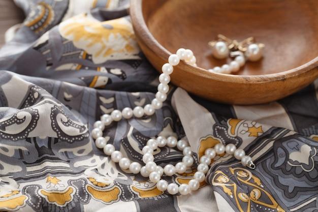 Scena poranna womans z perłą leżała na jedwabnym szalu