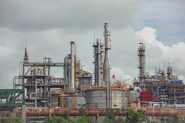 Scena rafinerii ropy naftowej i zbiorników magazynowych oleju przemysłu petrochemicznego w godzinach popołudniowych