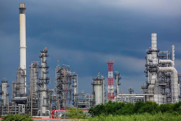 Scena rafinerii ropy naftowej przemysłu petrochemicznego podczas popołudniowej burzy
