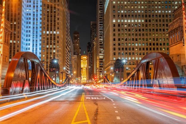Scena świateł drogowych samochodów przez jeden z mostów w centrum chicago, usa centrum