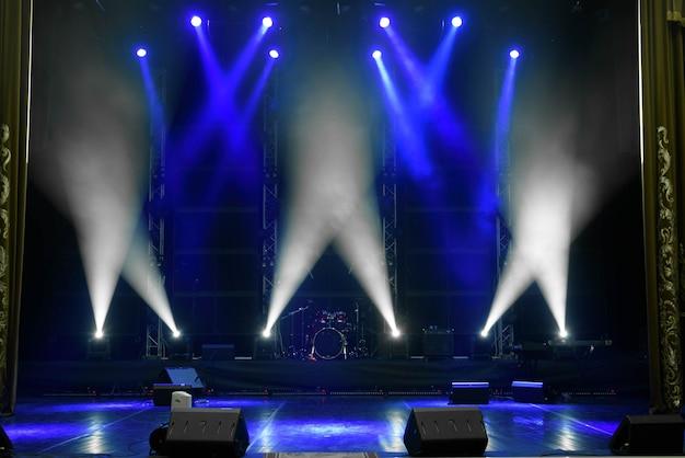 Scena, światło sceniczne z kolorowymi reflektorami i dymem