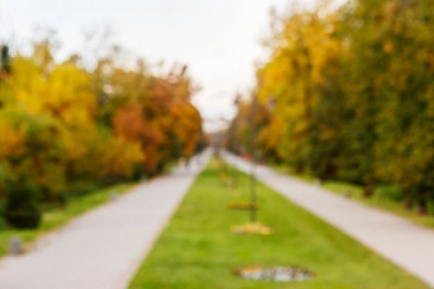 Scena w parku jesienią. zamazany obraz