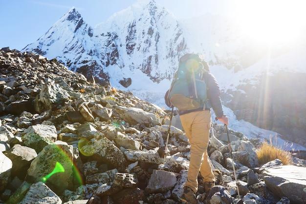 Scena wędrówki w górach cordillera, peru