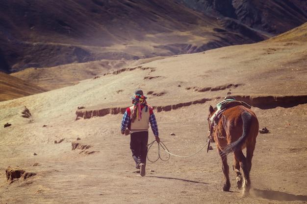 Scena wędrówki w vinicunca, region cusco, peru. montana de siete colores, tęczowa góra.