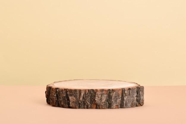 Scena z gablotą wykonaną z naturalnego drewna na beżowym tle.