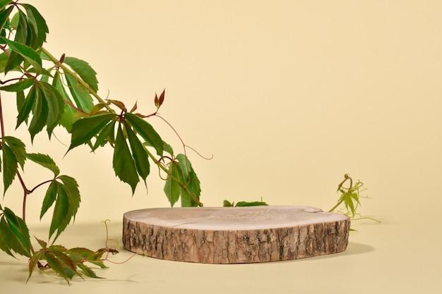 Scena z gablotą wykonaną z naturalnego drewna. podium do prezentacji towarów i kosmetyków wykonane jest z cylindrycznego drążka na beżowym tle. minimalistyczna scena brandingowa.