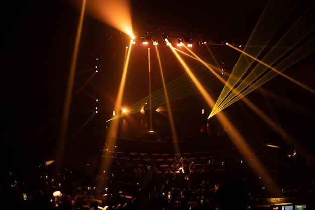 Scena z wielokolorowymi efektami specjalnymi i pokazem laserowym