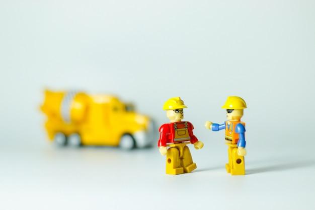 Scena z zabawkowymi postaciami
