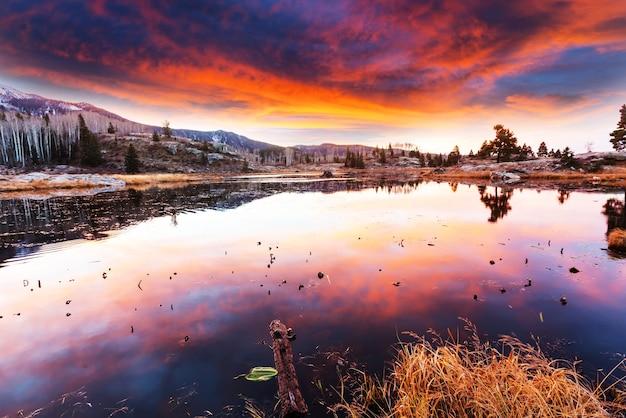 Scena zachodu słońca nad jeziorem