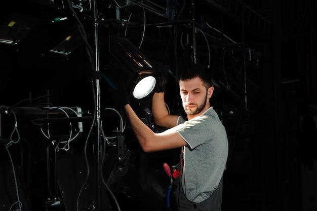 Scenarzysta ustawia światła