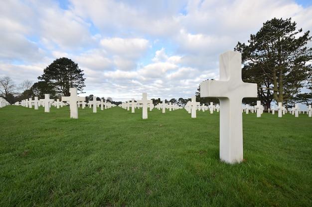 Sceneria cmentarza dla żołnierzy poległych podczas ii wojny światowej w normandii