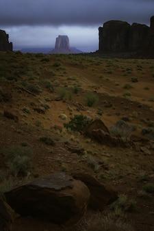 Sceneria formacji skalnych podczas zapierającego dech w piersiach zachodu słońca nad kanionem