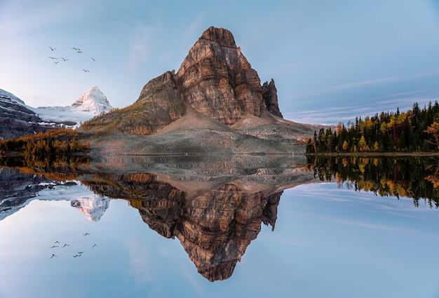 Sceneria jeziora sunburst z odbiciami góry assiniboine rano w parku prowincjonalnym