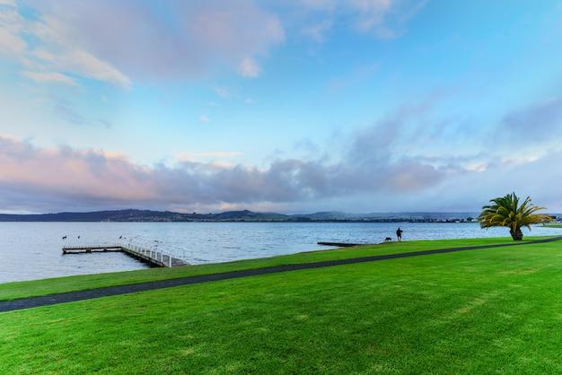 Sceneria jeziora taupo rano, wyspa północna nowej zelandii
