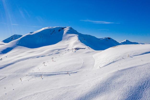 Sceneria pokrytych śniegiem klifów uchwyconych w słoneczny dzień