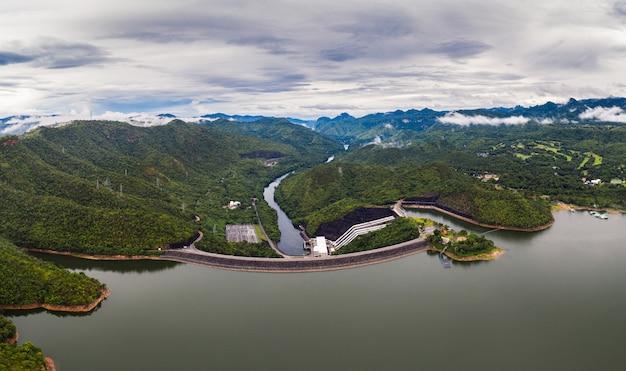 Sceneria tama w tropikalnym tropikalnym lesie deszczowym z elektrownią wodną w parku narodowym