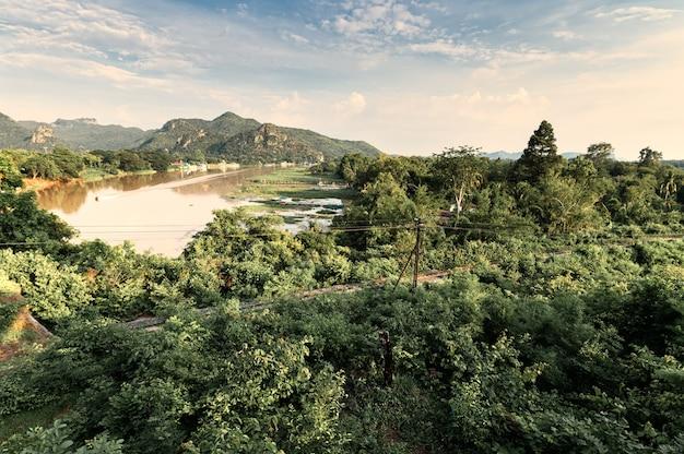 Sceneria tropikalnego lasu deszczowego i historyczna kolej na rzece kwai wieczorem w kanchanaburi