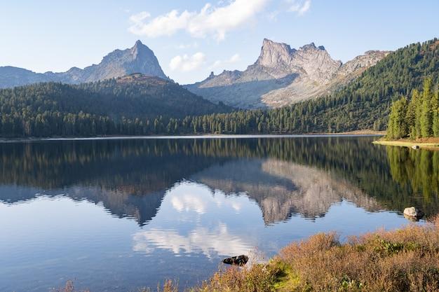 Sceneria wysokiej góry z jeziorem i wysokim szczytem