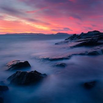 Sceneria zapierającego dech w piersiach kolorowego zachodu słońca nad formacjami skalnymi