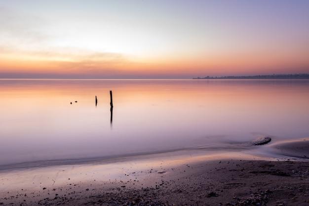 Scenic ocean zachód słońca nad spokojną powierzchnią wody