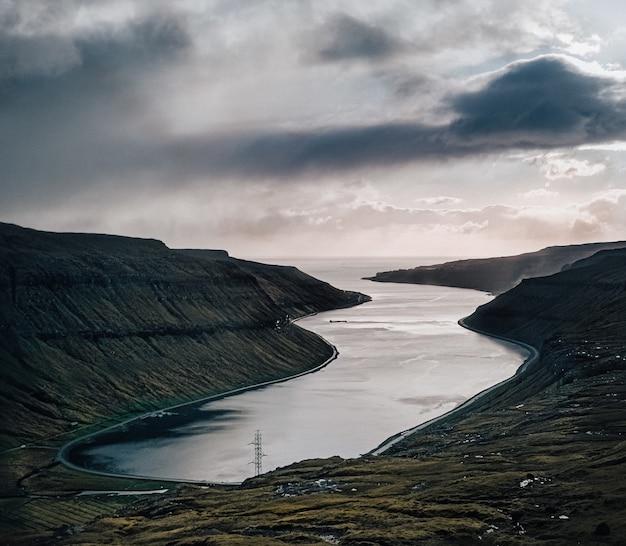 Sceniczne ujęcie przedstawiające przyrodę: góry, morze, niebo
