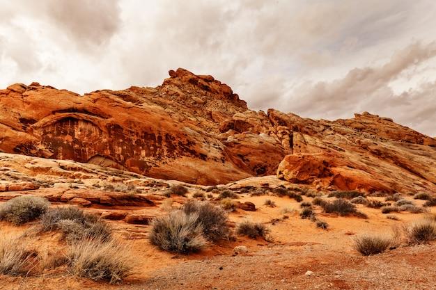 Sceniczny krajobraz formacje skalne w pustyni, usa