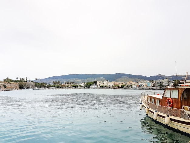 Sceniczny port z tradycyjnymi łodziami rybackimi w wiosce, kos grecja